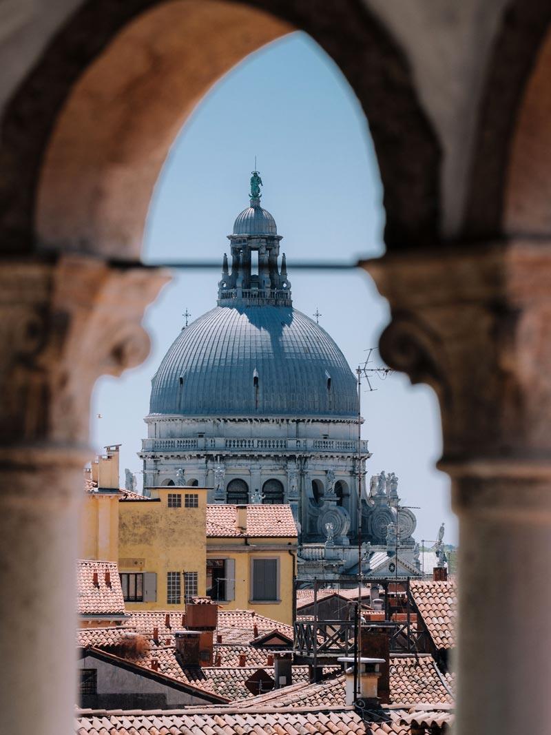 Vista della Chiesa della Salute dalla Scala Contarini del Bovolo dei Gioielli Nascosti di Venezia