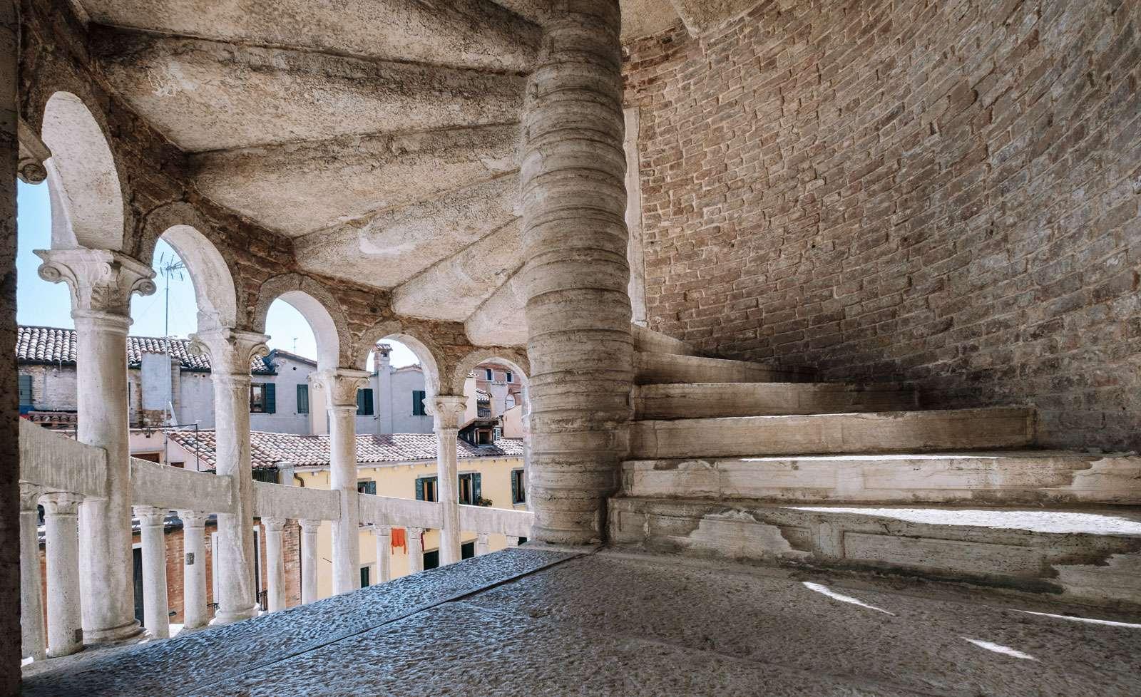 dettaglio interno della Scala Contarini del Bovolo Gioielli Nascosti di Venezia