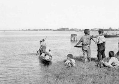 Venezia paesaggio ottocentesco - le vedute di tomaso filippi fotografo - bambini in laguna