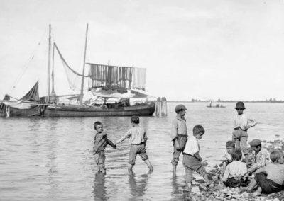 Venezia paesaggio ottocentesco - le vedute di tomaso filippi fotografo - bambini in riva