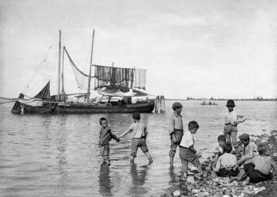 collezione archivio immagini venezia di tomaso filippi - bambini in riva